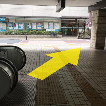 駅を出たら右へ