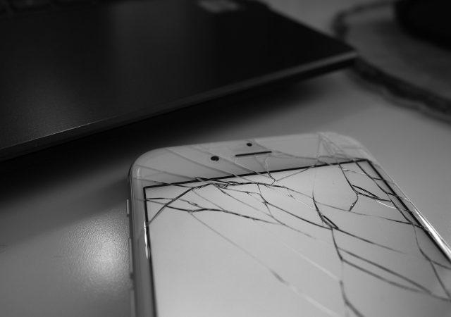 iPhoneを落として画面が割れた!修理費用と期間はどうなる?