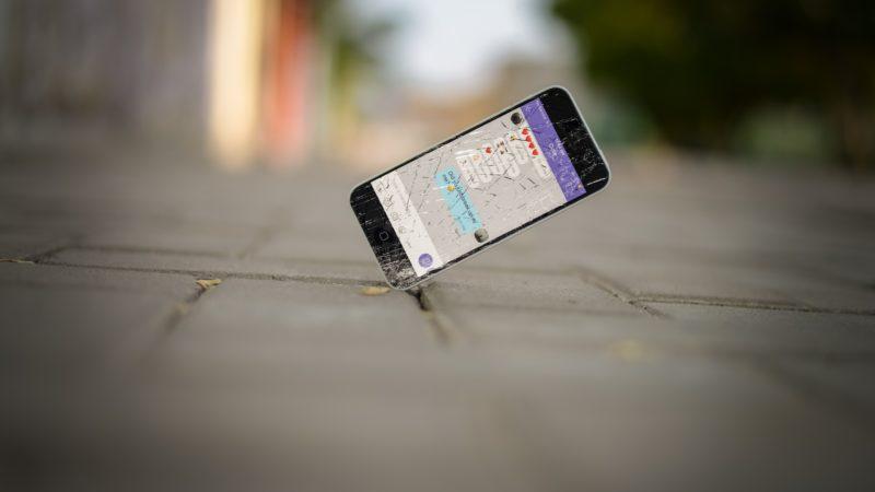 画面にヒビが入ってしまったiPhoneを自分で修理する方法と注意点